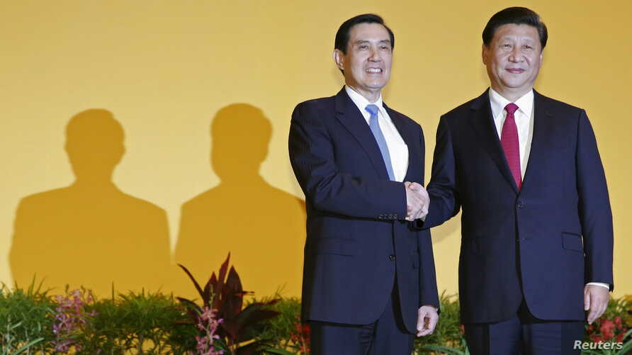 Chinese President Xi Jinping, right, shakes hands with Taiwan's President Ma Ying-jeou during a summit in Singapore, Nov. 7, 2015. Leaders of political rivals China and Taiwan met on Saturday for the first time in more than 60 years.