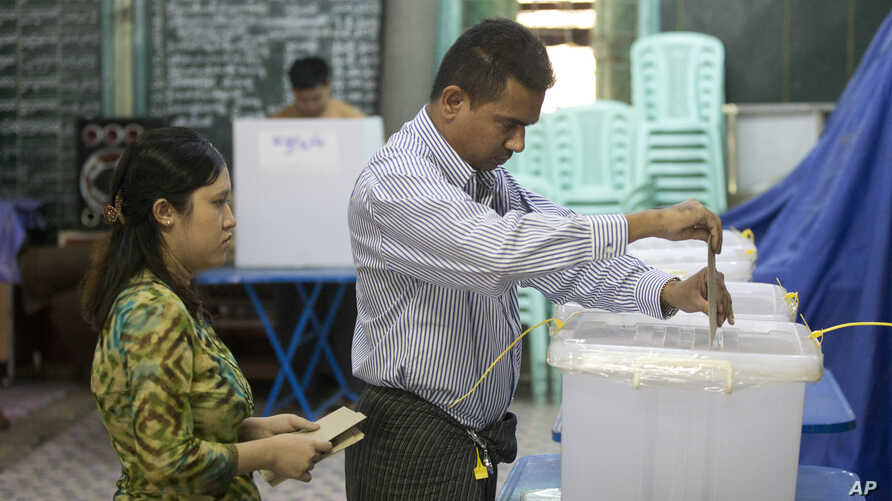 A couple cast their vote at a polling booth for advance voting in central in Yangon, Myanmar, Nov. 6, 2015.  The U.S. is closely watching the election.