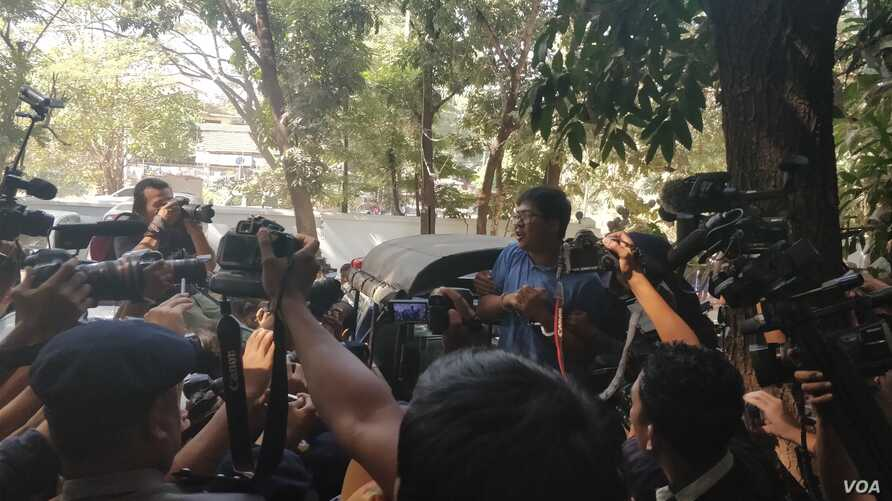 Reuters journalist Wa Lone being taken back to jail at the end of the court session, Jan. 10, 2018, surrounded by members of the Burmese media. (VOA / B. Dunant)
