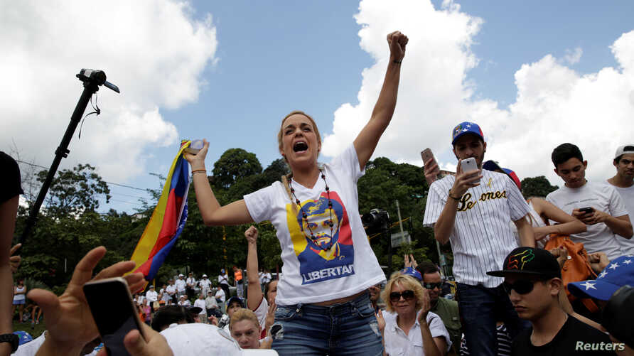 Lilian Tintori (C), wife of jailed Venezuelan opposition leader Leopoldo Lopez arrives to a rally to demand a referendum to remove Venezuela's President Nicolas Maduro in Caracas, Oct. 22, 2016.