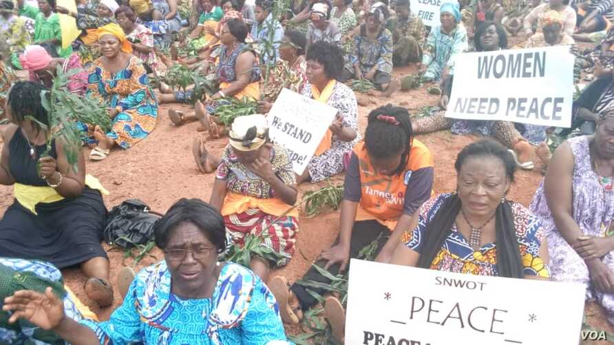 Women sit during a protest demanding an end to violence between government forces and armed separatists, in Bamenda, Cameroon, Sept. 7, 2018. (M.E. Kindzeka/VOA)