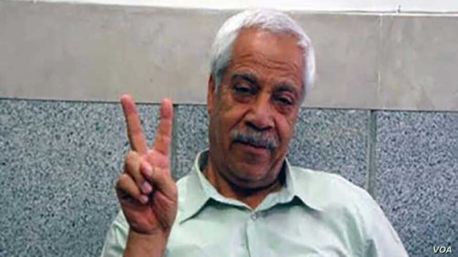 Hashem Khastar, an Iranian teachers union leader based in Mashhad, makes a victory gesture in this undated photo. His wife told VOA that security personnel detained him near Mashhad on Oct. 23, 2018, and sent him to a hospital for a purported mental