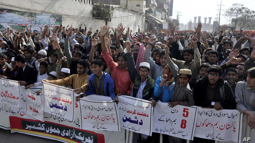 Pakistani protesters condemn the suicide bombing at the Lal Shahbaz Qalandar shrine, in Lahore, Pakistan, Feb. 17, 2017. Pakistani forces killed and arrested dozens a day after a massive suicide bombing by the Islamic State group killed dozens of wor