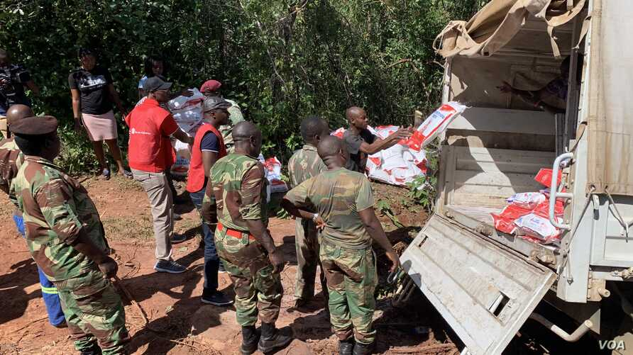 Zimbabwe army lorry stuck in muddy road while carrying relief aid to remote parts of Chimanimani, district, March 24, 2019. (C Mavhunga/VOA)