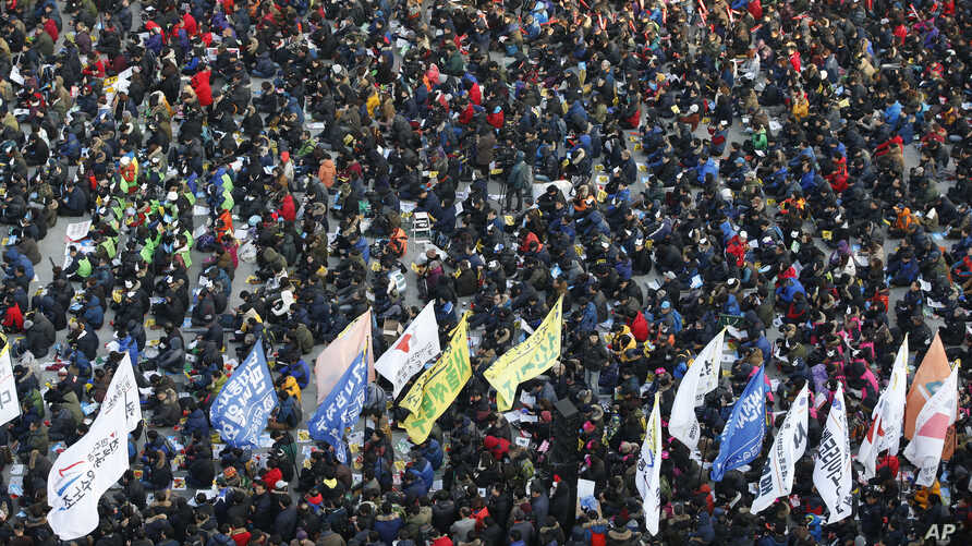 Hundreds of South Korean protesters attend an anti-government rally in downtown Seoul, South Korea, Dec. 19, 2015.