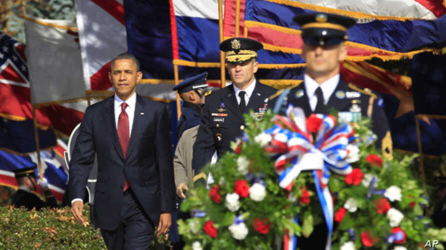 President Barack Obama (l) participates in a wreath-laying ceremony on Veterans Day at the Arlington National Cemetery in Virginia, Nov 11, 2011