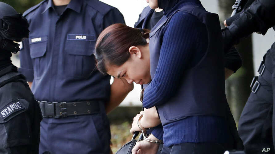 Indonesian suspect Siti Aisyah, center, arrested in the death of Kim Jong Nam, is escorted by police officers as she leaves at a court house in Sepang, Malaysia, April 13, 2017.