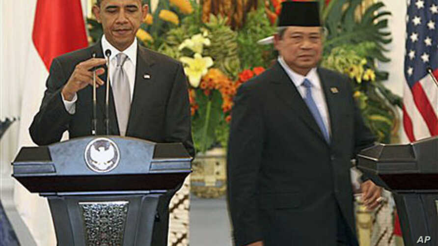 US President Barack Obama, left, adjusts a microphone as Indonesian President Susilo Bambang Yudhoyono walks behind before a joint press conference at the Presidential Palace in Jakarta, Indonesia, 09 Nov 2010