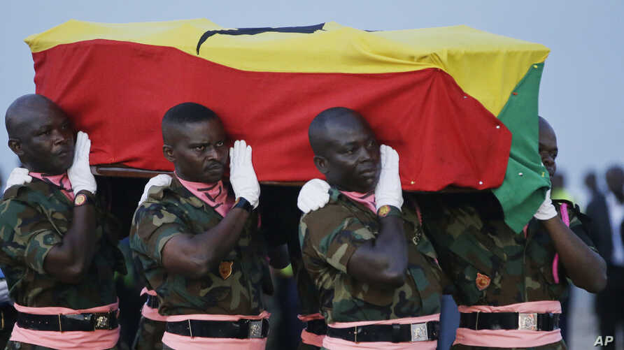 Ghanaian soldiers carry the coffin of former U.N. Secretary-General Kofi Annan, wrapped in the flag of Ghana, to a hearse upon arrival at the Kotoka International Airport in Accra, Ghana, Sept 10, 2018.