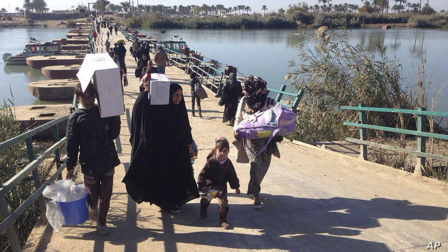 Displaced civilians from Ramadi and around the area cross the Bzebiz bridge as they leave their hometowns, heading towards Baghdad, Dec. 7, 2015.