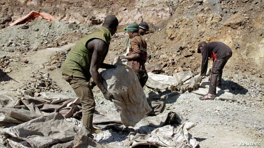Artisanal miners work at the Tilwizembe, a former industrial copper-cobalt mine, outside of Kolwezi, the capital city of Lualaba Province in the south of the Democratic Republic of the Congo, June 11, 2016.