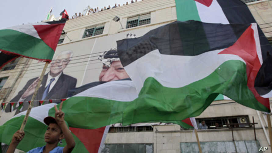 Palestinian boy holds a flag in the West Bank city of Hebron, Sept. 21, 2011 (file photo).