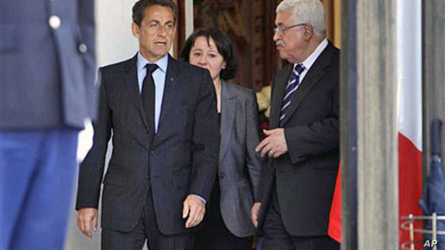 French President Nicolas Sarkozy (L) and Palestinian President Mahmoud Abbas (R) are seen after their meeting at the Elysee Palace in Paris, Apr 21 2011