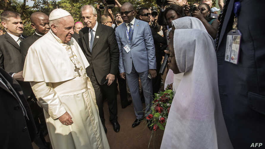 Pope Francis (L) arrives at the Central Mosque in the PK5 neighborhood to meet with members of the Muslim community in Bangui, Nov. 30, 2015..