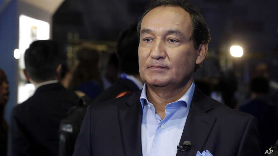 """FILE - United Airlines CEO Oscar Munoz is pictured prior to an interview in New York, June 2, 2016. Munoz said in a note to employees April 11, 2017, that a United flight crew """"followed established procedures"""" when a passenger was forcibly removed fr"""