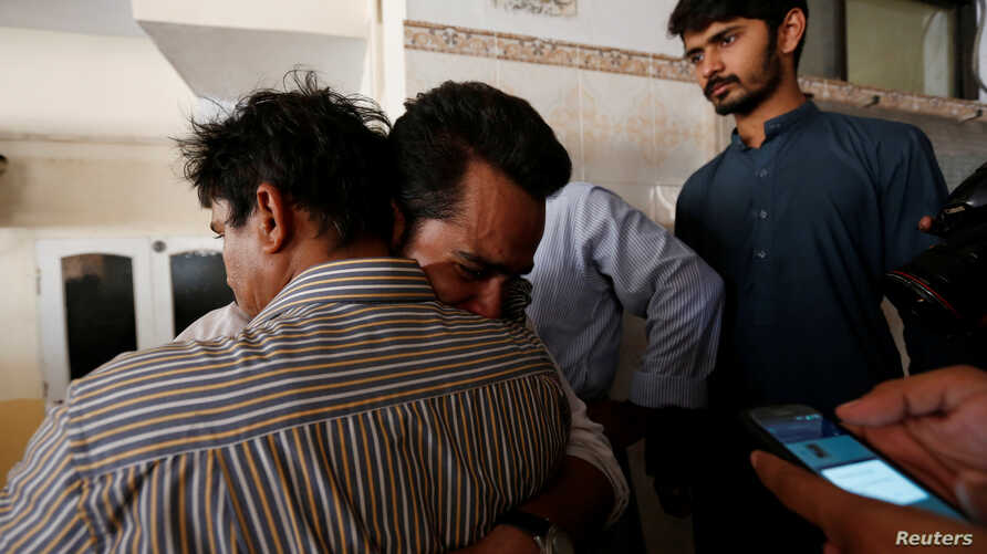 Relatives mourn the death of Khurram Zaki, who was shot by gunmen, during his funeral in Karachi, Pakistan, May 8, 2016.