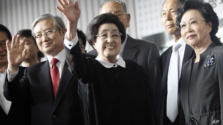 Lee Hee-ho, center, the wife of late former South Korean President Kim Dae-jung, waves as she arrives at Gimpo Airport in Seoul, South Korea, to leave for North Korea Wednesday, Aug. 5, 2015.