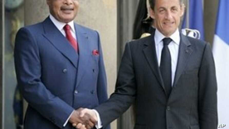 French President Nicolas Sarkozy, left, welcomes Congolese President Denis Sassou N'Guesso upon his arrival at the Elysee Palace, 26 Apr 2020