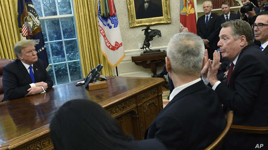 President Donald Trump, left, listens as U.S. Trade Representative Robert Lighthizer, second from right, talks with Chinese Vice Premier Liu He, second from left, during their meeting in the Oval Office of the White House in Washington, Feb. 22, 2019