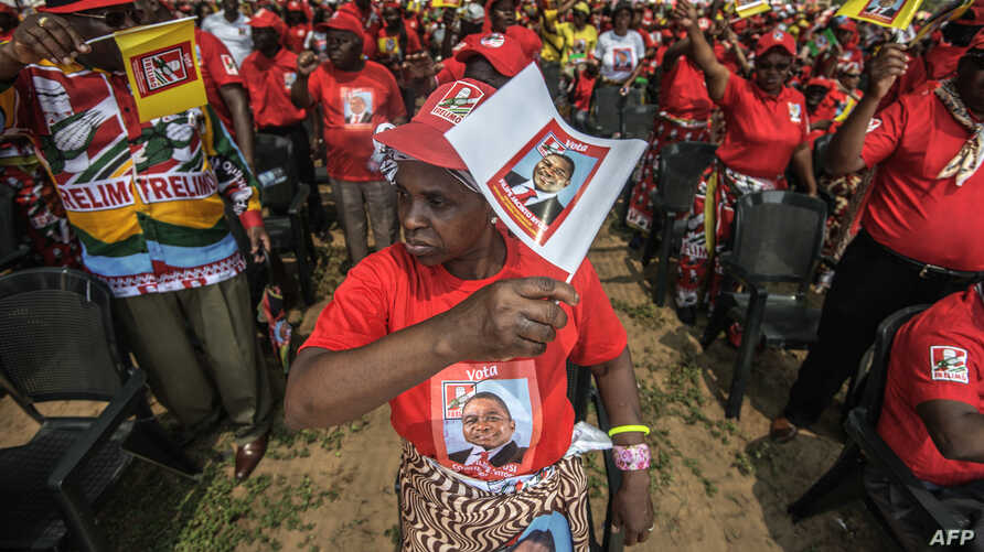 Mozambican Liberation Front (FRELIMO) presidential candidate Filipe Nyusi supporters cheer during the FRELIMO final presidential and legislative campaign rally, Oct.12, 2014 on the outskirts of Maputo, Mozambique.