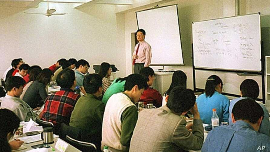 Kalun Tse, an economist, teaches a finance class at the China-Europe International Business School in Shanghai. The school is one of a growing number of U.S.- and European-run business schools being established in China, (File).