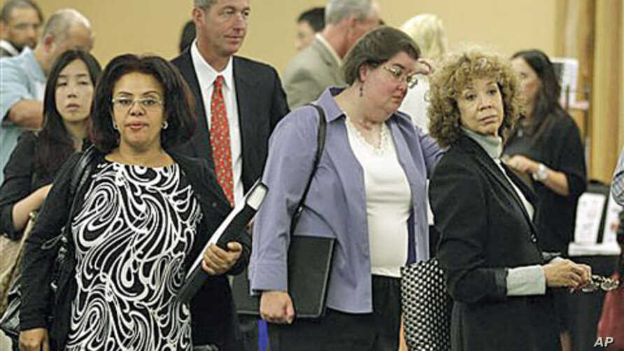 Job Seekers line up for interviews during a job fair in San Mateo, California, September 2011. (file photo)