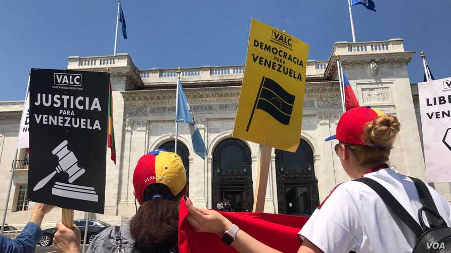 Demonstrators gather in front of the Organization of American States headquarters in Washington, May 31. OAS is holding a special meeting on how it might help resolve the multilayered crisis in Venezuela. (E. Favorato/VOA Spanish Service)