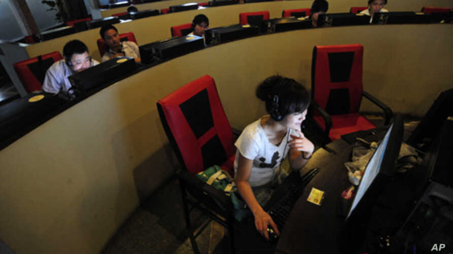 People use computers at an internet cafe in Hefei, Anhui province, China. (FILE)