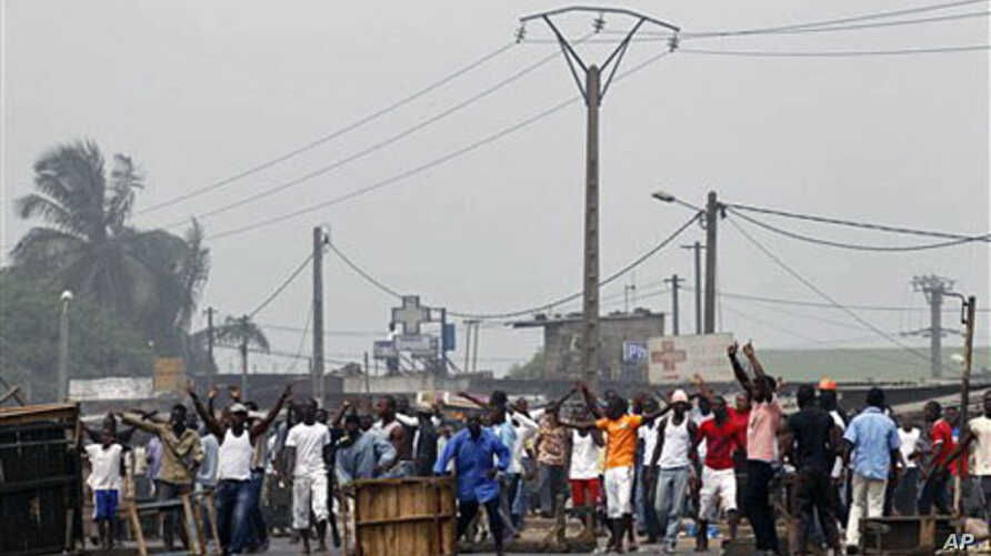 A group of Young Patriots, youth supporters of Laurent Gbagbo, blockade a road to prevent a UN convoy from passing in Abobo neighborhood of Abidjan, 11 Jan 2011