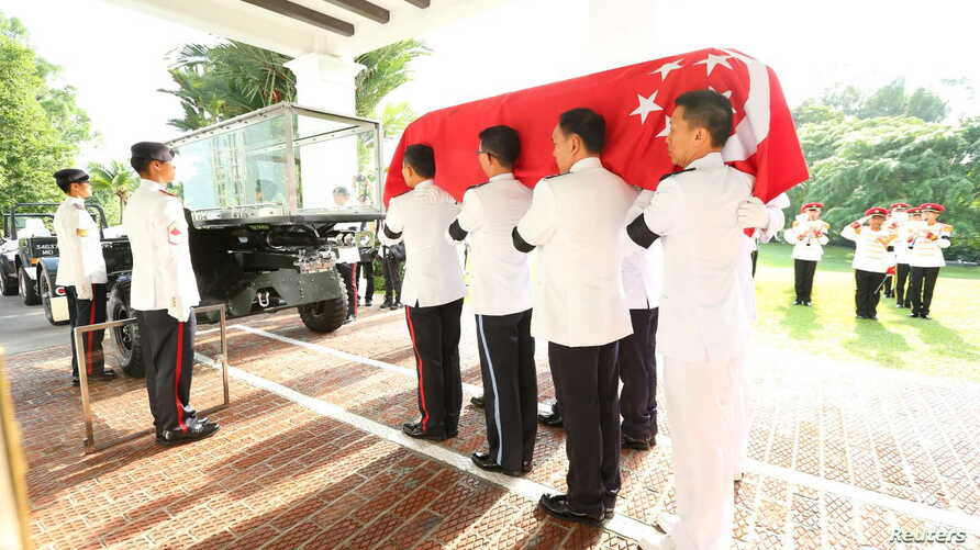 The Guard of Honour carry the casket of Singapore's first prime minister Lee Kuan Yew onto a gun carriage conveying Lee to the Parliament House from the Istana in Singapore March 25, 2015. The casket of Lee, the founding father of modern Singapore, w...