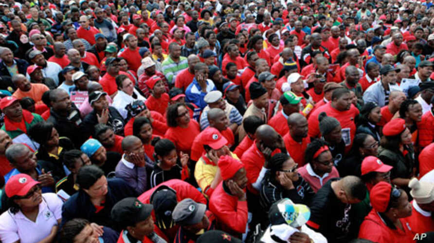 Thousands of public servants march to Parliament in Cape Town during their one-day strike to press for better salaries, 10 Aug 2010