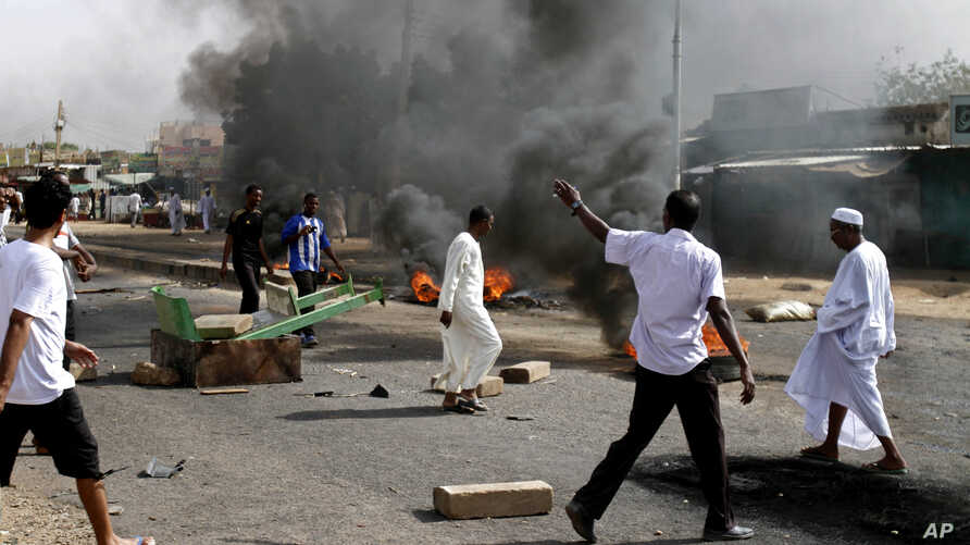 Protesters burn tires amid a wave of unrest over the lifting of fuel subsidies by the Sudanese government, in Kadro, 25 kilometers north of downtown Khartoum, September 25, 2013.