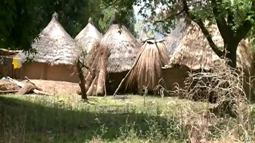 Residences abandoned by IDPs in Wack village, Northern Cameroon, Aug. 10, 2018. (ME Kindzeka for VOA)