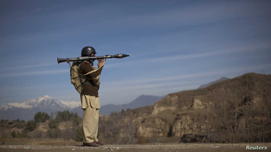 Pakistani soldier Hamed holds a rocket launcher while securing a road in Khar, the main town in Bajaur Agency, located in Pakistan's Federally Administered Tribal Areas (FATA) along the Afghanistan border, March 2, 2010.   REUTERS/Adrees Latif  (PAKI