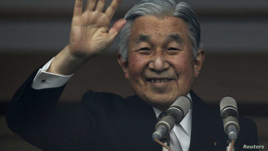 Japan's Emperor Akihito waves to well-wishers who gathered to celebrate the monarch's 80th birthday at the Imperial Palace in Tokyo December 23, 2013.  REUTERS/Yuya Shino (JAPAN - Tags: ROYALS) - RTX16S4E