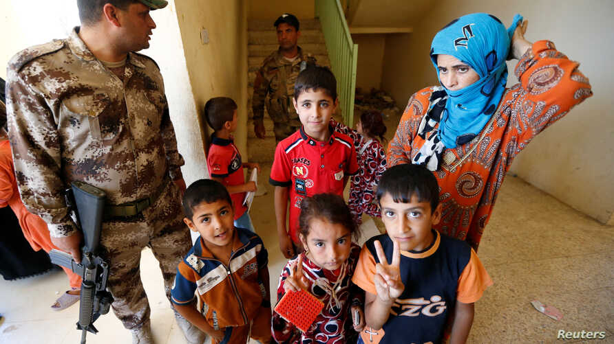Civilians, who fled their homes due to the clashes on the outskirts of Falluja, gather in the town of Garma, Iraq, May 30, 2016.