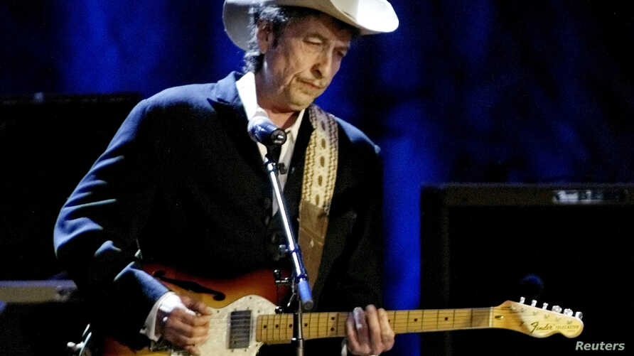 Rock musician Bob Dylan performs at the Wiltern Theatre in Los Angele, May 5, 2004.