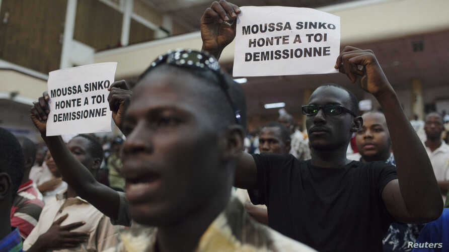 Supporters of presidential candidate Soumaila Cisse sing their political party anthem at a meeting in Bamako, July 31, 2013.