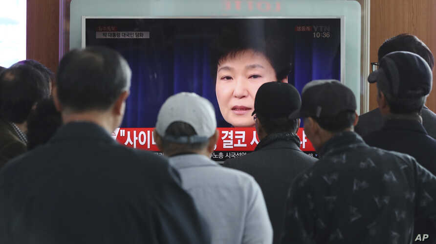 People watch a live broadcast of South Korean President Park Geun-hye's addressing to the nation, at the Seoul Railway Station in Seoul, South Korea, Nov. 4, 2016. Park took sole blame Friday for a heartbreaking scandal that threatens her government