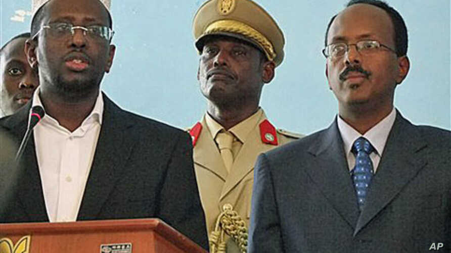 Somali President Sheik Sheriff Sheik Ahmed (L) addresses officials following swearing in of newly-approved Somali Prime Minister Mohamed Abdullahi Mohamed (R) at Presidential residence in Mogadishu, Somalia, November 1, 2010 (file photo)