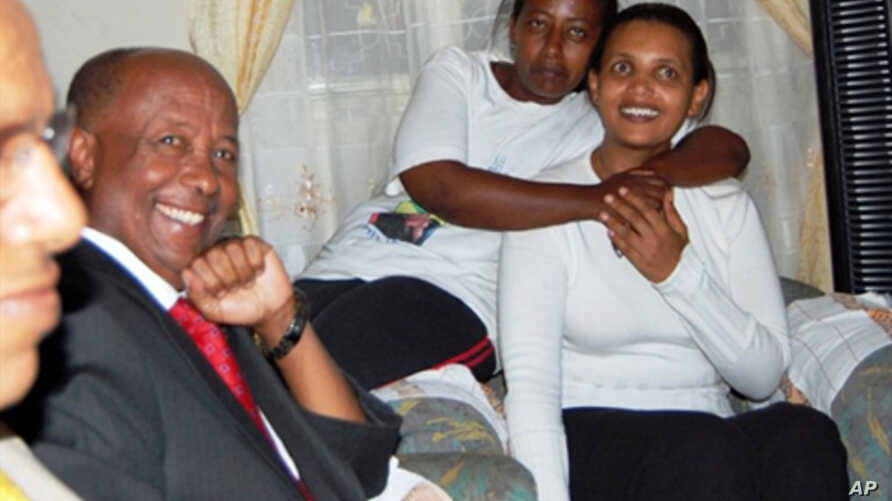 Ethiopian opposition leader Birtukan Mideksa (r) hours after she was released from jail by Ethiopian authorities, 06 Oct. 2010
