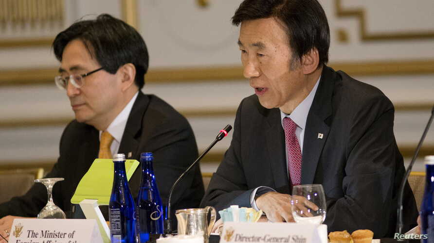 South Korean Foreign Minister Yun Byung-se, right, speaks during a meeting with U.S. and Japanese officials in New York to discuss recent North Korean threats, Sept. 29, 2015.