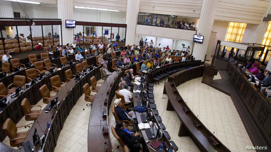 Politicians participate in the first session of the 30th Legislature at the Nicaraguan parliament building in Managua, Nicaragua, Jan. 28, 2014.