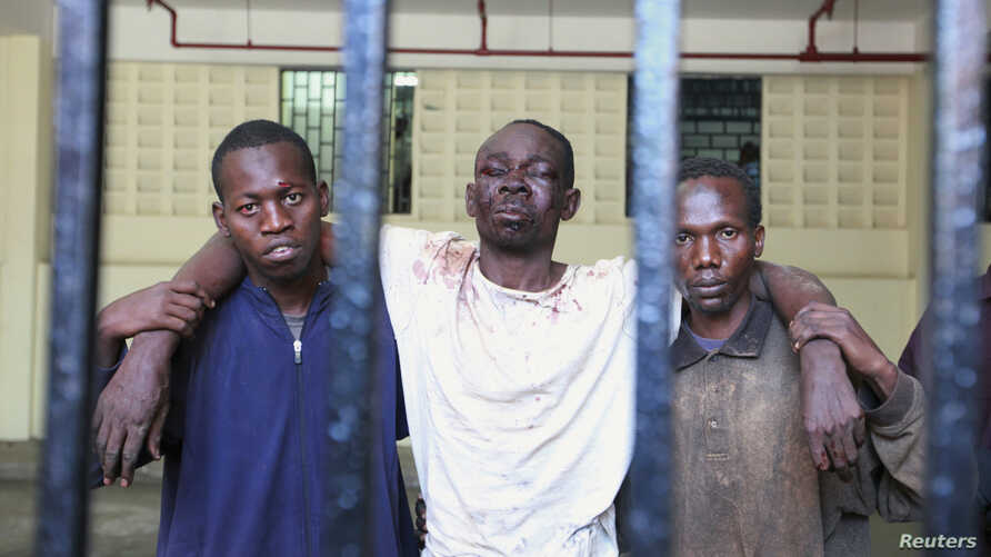 Omar Mwamnuadzi (C), leader of the separatist Mombasa Republican Council (MRC) arrives at the law court cells with members of the group at Kenya's Coastal region Oct. 15, 2012.
