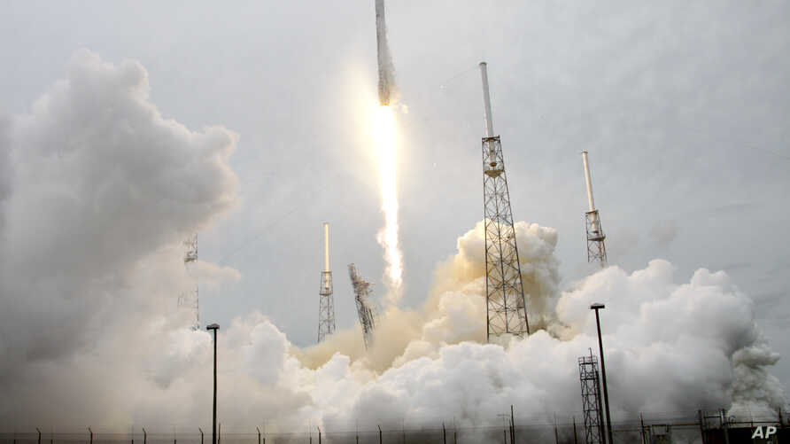 A rocket carrying the SpaceX Dragon ship lifts off from launch complex 40 at the Cape Canaveral Air Force Station in Cape Canaveral, Florida, April 18, 2014.