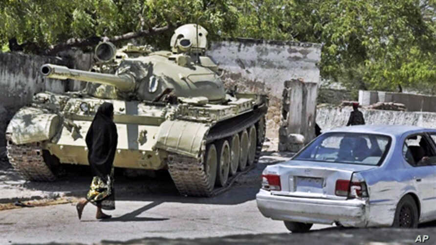 An African Union peacekeeping forces tank takes up a position near Mogadishu's State House as Pres. Sheikh Sharif Ahmed's Somali government commemorates the 1st anniversary under his rule (File)