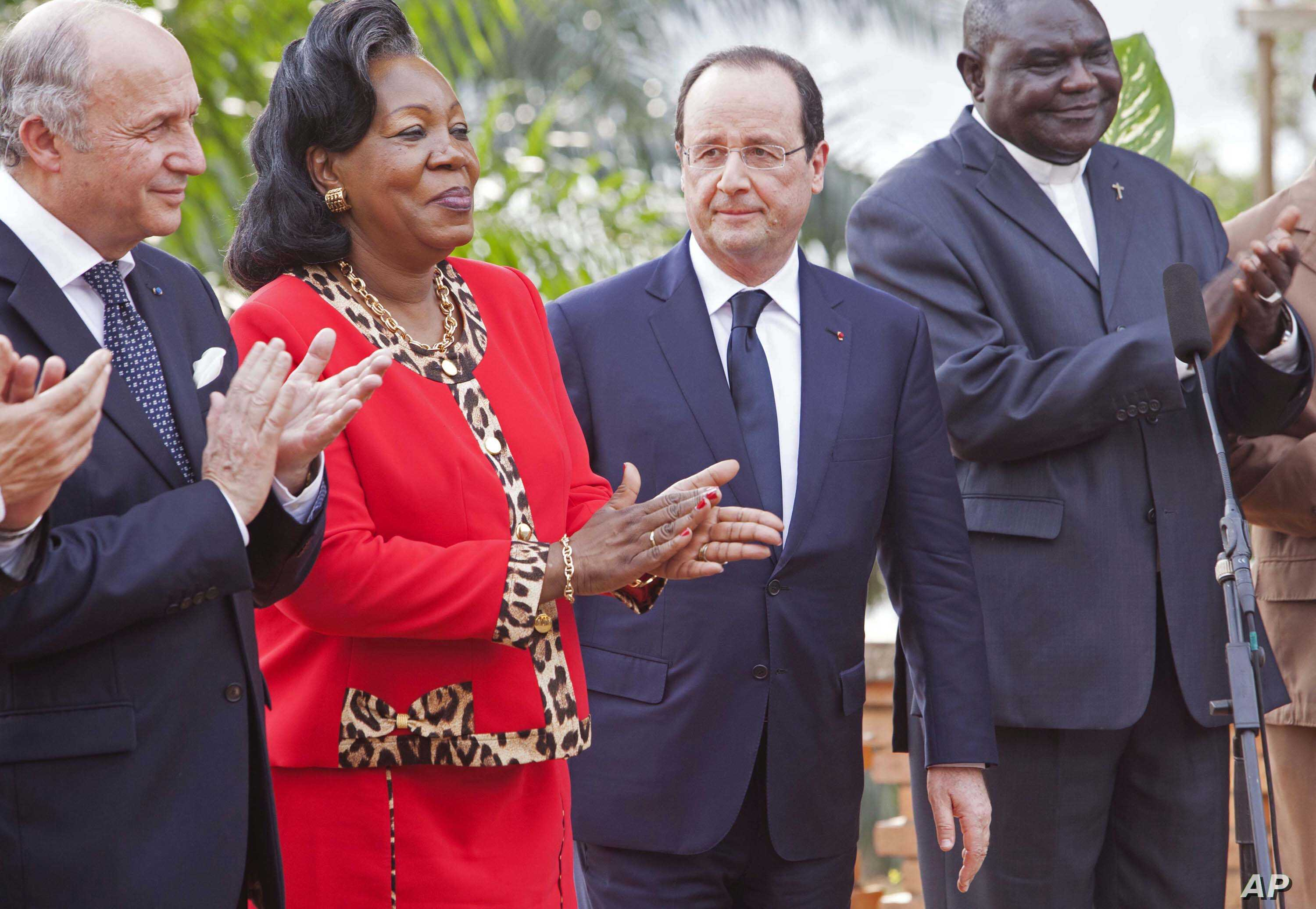 French president Francois Hollande, second right, looks at interim Central African Republic President Catherine Samba-Panza, second left, in Bangui, Central African Republic, Feb. 28, 2014.