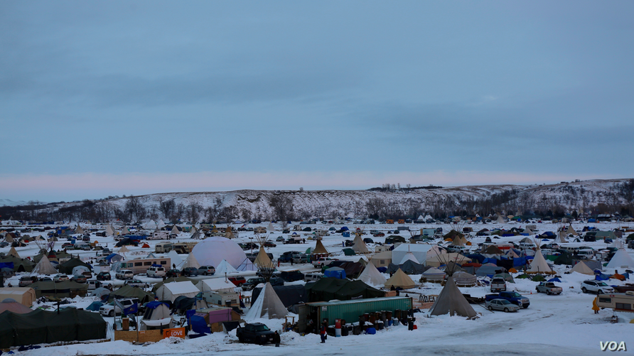 Thousands of people have camped on tribal land near the Standing Rock Sioux Reservation in North Dakota in protest of the Dakota Access oil pipeline. (E. Sarai/VOA news)