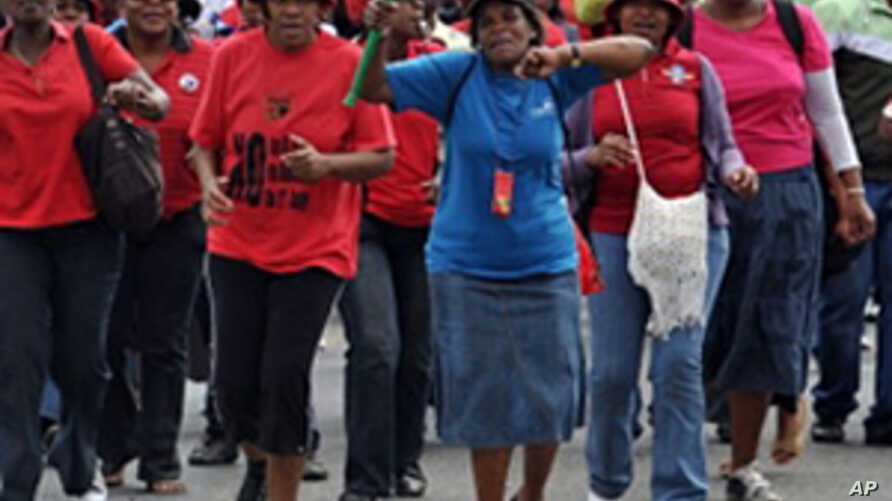 Police Fire Rubber Bullets at South Africa Strikers