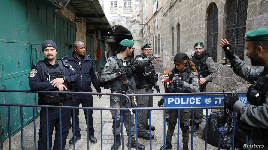 Israeli border police and police secure an alley following a stabbing attack inside the old city of Jerusalem, April 1, 2017.